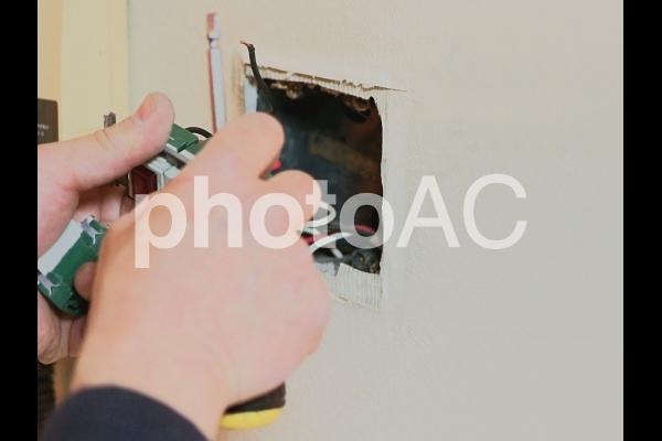室内電気スイッチの配線工事と交換作業の写真