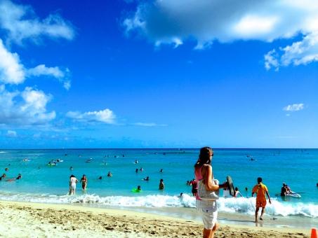 ハワイ ワイキキ ビーチ hawaii waikiki beach 青空 エメラルドグリーン 砂浜 夏 海水浴 日光浴 holiday バケーション 海外旅行 旅行 休日 海外 外国 のんびり マリーンスポーツ