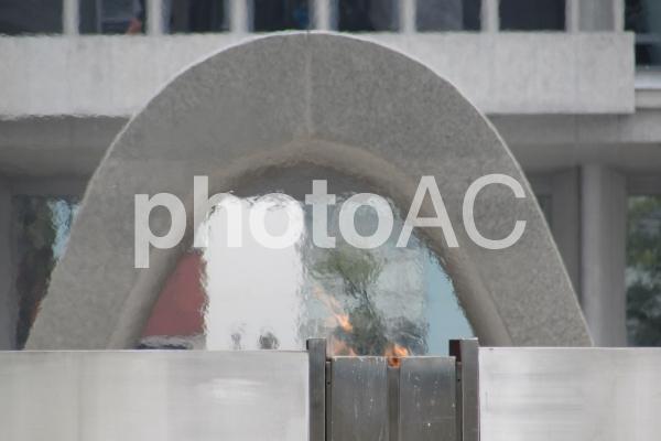 平和の灯と原爆死没者慰霊碑の写真