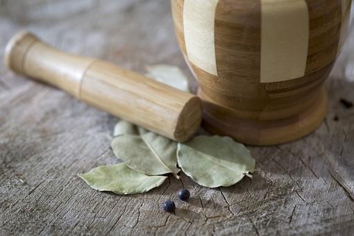 スパイス SPICE スパイシー 香辛料 調味料 シーズニング インド 料理 調理 クッキング 作る 混ぜる 入れる 食事 食べる 食 健康  体にいい 予防 防ぐ 治病 食事療法 食料 切り株 木 年輪 すり鉢 調合