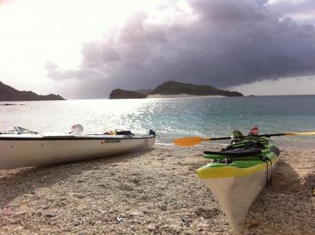 カヤック シーカヤック レジャー マリンスポーツ 沖縄 海 夏 空 雲 海辺 海遊び 水面 ビーチ 砂浜 海水浴