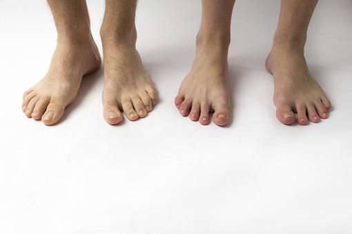 足 脚 あし フット 生足 裸足 素足 女性 女 女子 ウーマン 立つ 起立 20代 30代 足元 脚の甲 足の甲 フットケア 両脚 両足 人物 若い 若者 美容 ヘルスケア 足の爪 肌 スキンケア 白背景 足の指 ファッション 脱毛 すね毛 男性 男 男子 メンズ