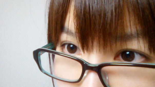 女性 人物 日本人 若い 眼鏡 めがね メガネ 視力 視線 視界 目 髪の毛 前髪 二重 二重瞼 まぶた 美容 アイメイク 仕事 OL パソコン ドライアイ 肌 保湿 美容 素肌 スキンケア パーツ ビジネス face