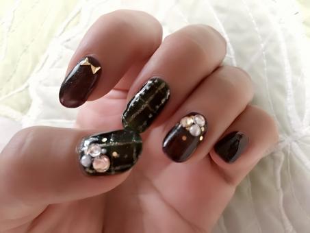 ネイル 女性 手 指 爪 ジェルネイル 茶色 ブラウン グリーン みどり パーツ 屋内