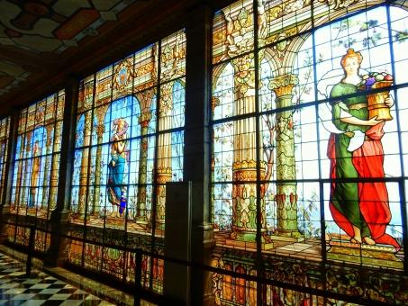 ステンドグラス 窓 建物 ガラス 人 赤 青