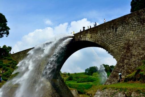 通潤橋 放水 橋 水 流れ アーチ