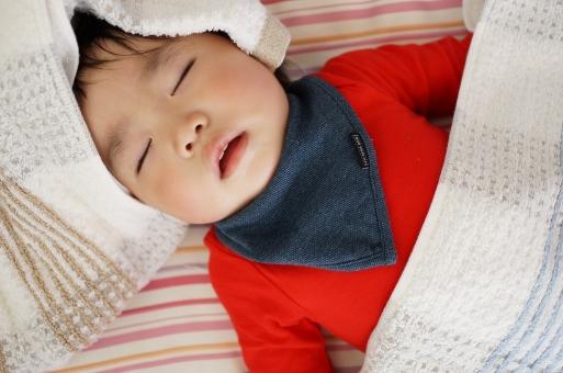 子どもの寝顔の写真