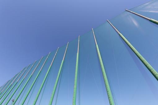 ネット 網 網目 安全ネット セーフティーネット メッシュ スポーツ 球戯場 球技 競技場 スタジアム グランド 球場 グラウンド ゴルフ練習場 打ちっぱなし 練習場 ゴルフ場 野球 野球場 建物 青空 空 安全 練習 ゴルフ 打つ 柱 ポール 支柱 壁 コンクリート レジャー 施設 背景 バックグラウンド 高い 緑色 屋外 風景