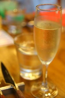パーティー 宴会 イベント 催し 行事 飲み会 おもてなし 飲食 飲み物 ドリンク お酒 アルコール テーブル 屋内 室内 レストラン ホテル ホームパーティー 華やか グラス シャンパン カクテル 人物 手 傾ける 乾杯 アップ ワイン 白ワイン ワイングラス 誕生日 スパークリングワイン スパークリング ゴージャス 豪華 セレブ