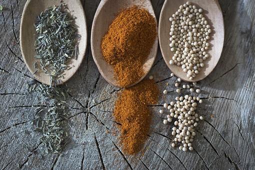 スパイス スパイシー 多国籍 エスニック インド カレー  粉 原料 味 辛い 食事 料理 作る 準備 用意 インド料理 辛口 熱い 味覚 カレーライス 交ぜる 下ごしらえ 調節 おいしい 赤 ターメリック コショウ ホワイトペッパー クミン