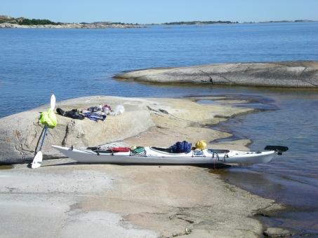 北欧 群島 シーカヤック 休暇 ライフスタイル スウェーデン 海 岩 波 風 一人 パドリング