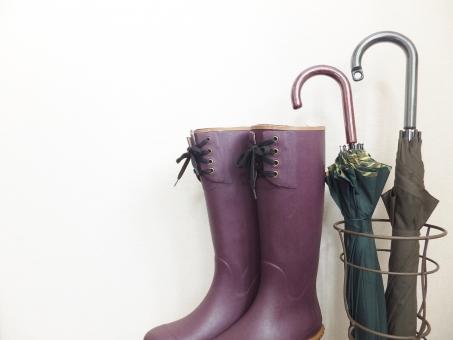 傘 かさ カサ 長傘 傘たて かさたて レインブーツ ブーツ ロングブーツ 雨 雨降り 大雨 雪 雪道 天気予報 降水確率 気象情報 雨具 湿気 ジメジメ じめじめ 玄関 防水シューズ 濡れない 台風 通勤 外出 天候 梅雨 防水