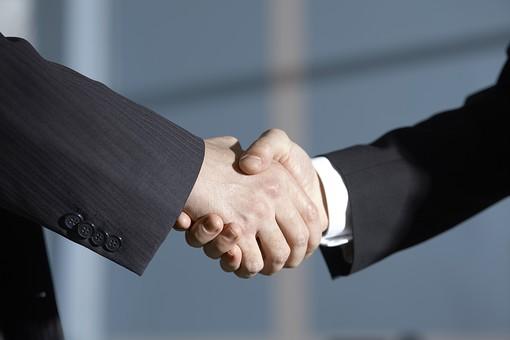 外国人 男性 男 男子 Men スーツ 背広 仕事 Job 働く サラリーマン 就労 労働 勤労 勤務 ビジネス  業務 お仕事 会社 オフィス 事務所 通勤 30代 40代 ビジネスマン 握手 シェイクハンド 挨拶 合意 契約 商談 結成 和解