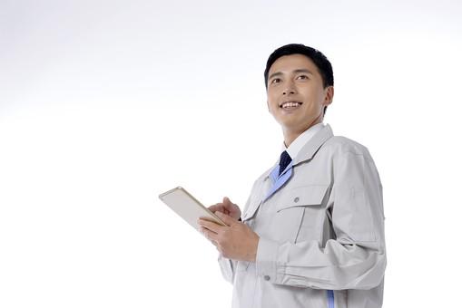 日本人 男性 おとこ 青年 社員 職員 ビジネスマン 仕事 労働 業務 ビジネス ワーク 会社 職場 工場 オフィス 事業 営業 事務 作業 制服 笑顔 タブレット 携帯端末 モバイル 触る 情報 データ メモ メール 検索 調査 確認 チェック 記録 入力 操作 白バック 白背景 mdjm001