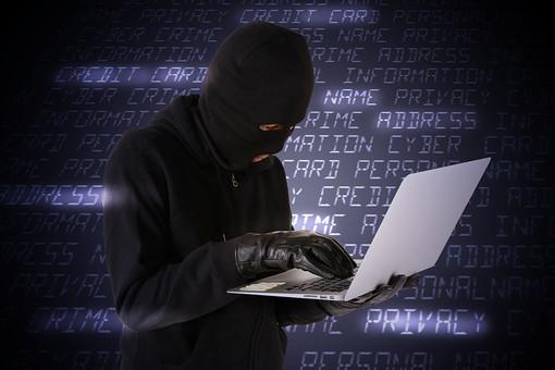 人物 ネット犯罪 パソコン PC ノートパソコン ハッカー ハッキング サイバー攻撃 ネット 書き込み  パスワード なりすまし フィッシング インターネット セキュリティ 違法行為 犯罪 犯人 犯罪者  アクセス 不正アクセス 覆面 黒ずくめ 匿名 操作 黒バック 黒背景 合成 文字 個人情報 流出 漏えい プライバシー 目出し帽 マスク