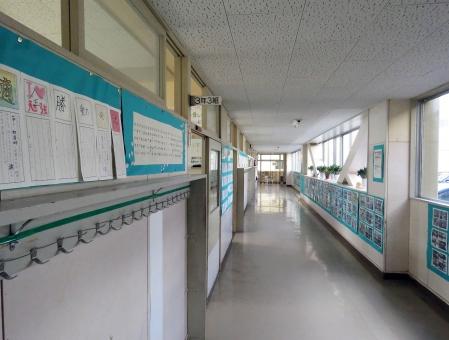 教室 学校 校舎 生徒 廊下 冷たい グレー 学習 学ぶ 床 コンクリート 窓ガラス 3年生