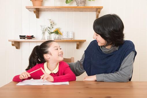 人物 日本人 家族 ファミリー 親子  母子 お母さん おかあさん ママ 子供  こども 娘 女の子 小学生 勉強  学習 教育 宿題 家庭学習 部屋  リビング テーブル 見守る 教える 指導 コミュニケーション 笑顔 優しい 見つめ合う  mdjf017 mdfk014
