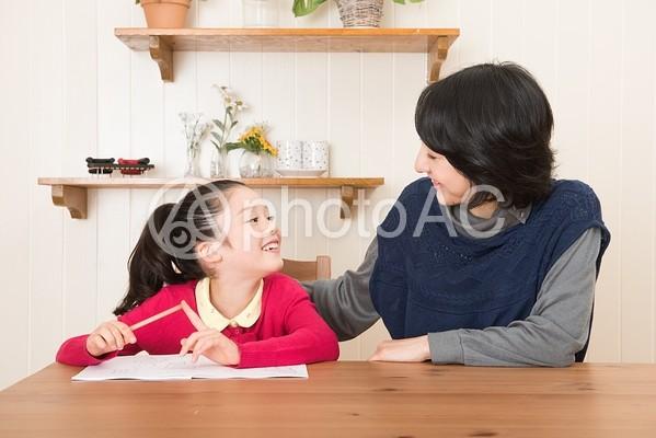 娘の勉強を見るお母さん18の写真