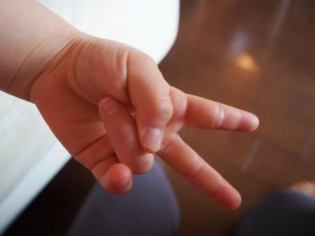 子供 子ども 手 ピース じゃんけん 2 2歳 指 2つ 小さい 赤ちゃん ベビー キッズ