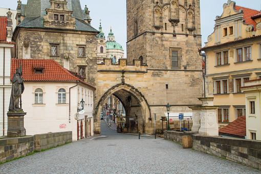 外国風景 外国 海外 チェコ チェコの町並み 中欧 東欧 欧州 ヨーロッパ   観光地 旅行 観光  風景 景色 名所 町並み  チェコ共和国 ボヘミアン 赤い屋根 教会 鐘楼 プラハ 世界遺産 世界遺産プラハの歴史地区 旧市街 文化遺産 カレル橋