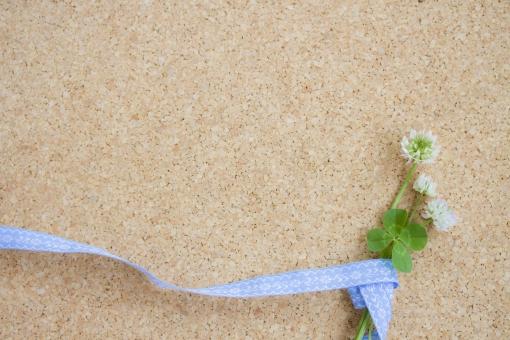植物 草 四葉のクローバー 四葉 ラッキーアイテム 幸運 ラッキー 幸せ 緑 グリーン コルクボード コピースペース テキストスペース シロツメクサ シロツメグサ 野花 草花 花 花束 リボン 背景 四ツ葉 四つ葉 お守り