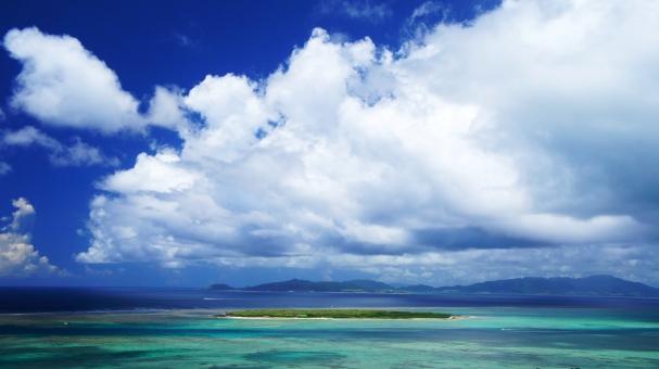 沖縄 八重山 夏 真夏 海 青い空 空 白 雲 青 緑 エメラルド エメラルドグリーン コバルトブルー 水平線 サンゴ礁 熱帯魚 亜熱帯 ビーチ 砂浜 南国 南の島 東シナ海 琉球 ちゅらさん 小浜島 竹富