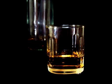 ウィスキー 酒 お酒 アルコール 黒バック 飲酒 アルコール中毒 アル中 アルコール依存症 依存症 中毒 飲み物 バー 飲み屋 居酒屋 ドリンク ういすきー グラス ボトル 酔っ払い よっぱらい 酔っぱらい 飲み過ぎ 飲みすぎ 二日酔い ふつかよい 節酒 断酒 休肝日 γ-GTP