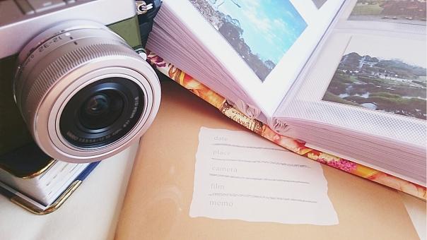 思い出のアルバム写真とカメラの写真