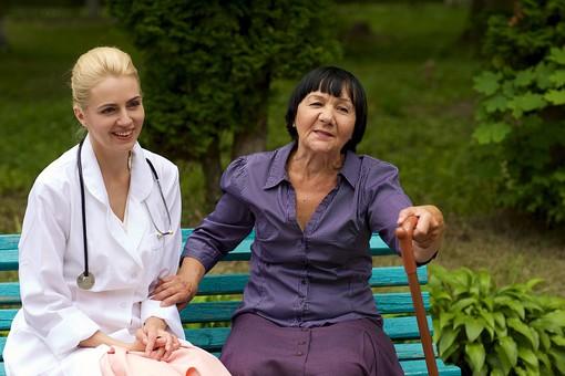 屋外 野外 外 病院 庭 公園 ベンチ 外国人 老人 高齢者 女性 おばあさん おばあちゃん 患者 女医 白人 金髪 白衣 医師 医者 スカート 座る 杖 つえ 突く つく 持つ 並ぶ 寄り添う 話す 会話 しゃべる 相談 笑う 笑顔 くつろぐ mdfs016 mdff142