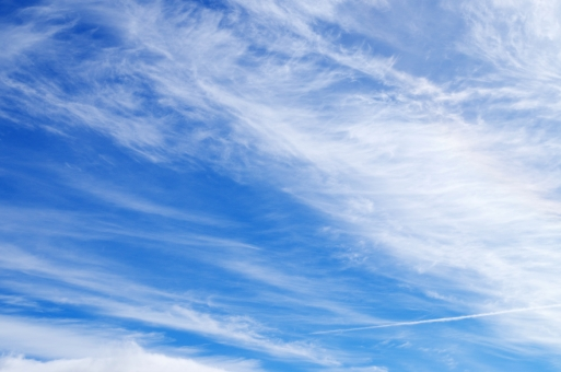 青空 空 青 白 雲 自然 風景 背景 ブルースカイ スカイ sky 初秋 秋空 秋の空 流れる雲 空のみ