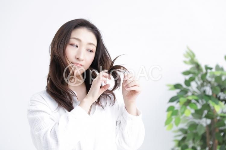 ダメージヘアに悩む女性の写真
