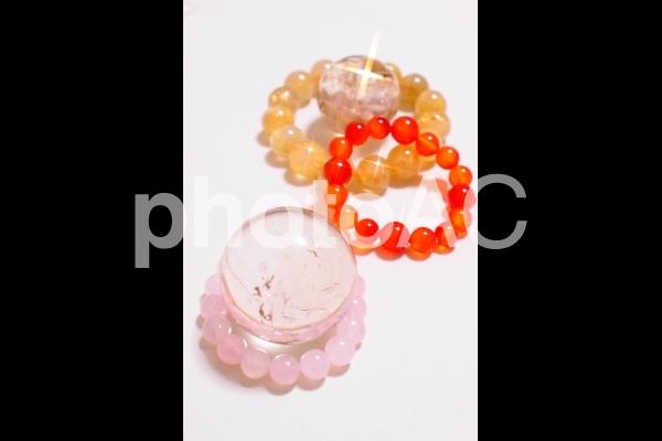水晶とブレスレットの写真