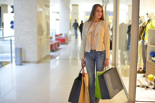 外国人 モデル 成人 大人 女性 女の人 若い ロングヘア モデル ファッション ショッピング 買い物 紙袋 持つ ジーンズ 店 店舗 建物 ガラス ディスプレイ 飾る マネキン 椅子 ソファ 休憩所 ポーズ 通路 綺麗 可愛い 撮影 室内 屋内 ショッピングモール 百貨店 デパート mdff032