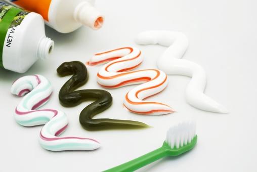 歯磨き 練り歯磨き 歯磨き粉 ペースト カラフル アロエ入り 歯磨剤 練歯磨剤 歯周病 予防 ホワイトニング 殺菌 虫歯予防 健康 赤 青 緑 白 歯ブラシ