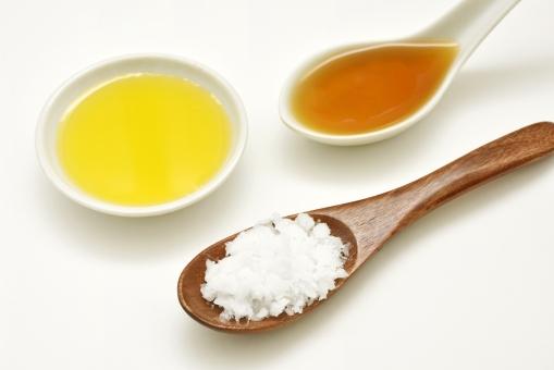 ゴマ油 ごま油 ゴマ 胡麻油 オリーブオイル オリーブ 植物油 オレイン酸 ココナッツオイル ココナツオイル ヴァージンココナッツオイル 油 ラウリン酸 中鎖脂肪酸 健康効果 スプーン ココナッツ
