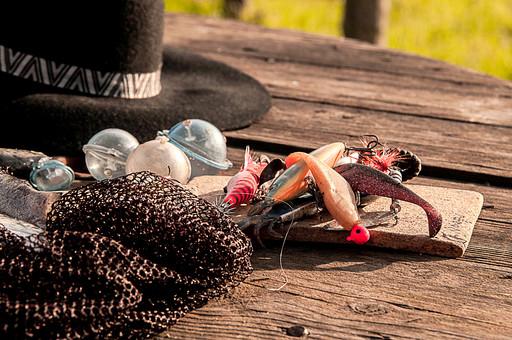 川釣り 河 川 桟橋 木 釣り フィッシング フライフィッシング 魚 釣り人 フィッシャーマン 趣味 ホビー 釣った魚 釣果 獲物 ニジマス 川魚 浮き 釣り道具 擬似餌 ルアー 網 ハット 帽子 アップ 接写 投げ釣り キャスティング