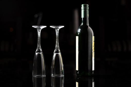 ワインとグラスの写真