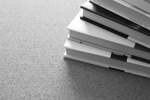 本 書籍 読書 ビジネス書 仕事 終わらない 業務 残業 残務 積読 問題 課題 ノルマ 調べ物 論文 授業 勉強 先生 資料作成 出典 参考資料 背景 素材 壁紙 スペース 広告 販促 レッスン 練習 講義
