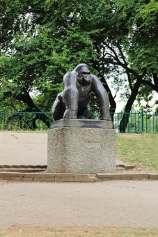 England United Kingdom UK London 倫敦 英国 異国 イギリス ロンドン 世界都市 海外 外国 植物 樹木 木々 緑 茂る 生い茂る サル さる 猿 目印 観光 建造物 広場 石 石造り 風景 銅像 ゴリラ 公園 広場