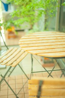 自然 植物 木 樹木 葉 葉っぱ 緑 観葉植物 観賞 成長 育つ テーブル 椅子 机 テーブルセット 休憩 休憩所 折りたたみ ベランダ 庭 アップ 窓 ガラス 建築 建築物 建物 無人 景観 飾り 置物