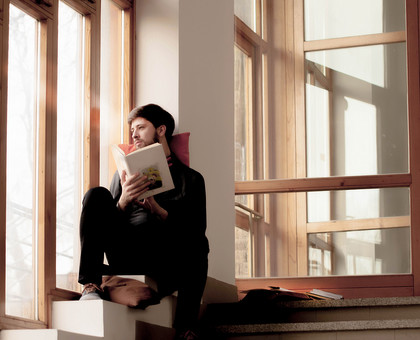 本 ブック 書物 書籍 図書 読書 読む 趣味 勉強 人物 男性 男 外国人 若い 若者 髭 20代 全身 ページ 捲る めくる 開く 座る 横顔 クッション 窓際 窓辺 眺める 段々 段差 階段 もたれる 寄りかかる mdfm079