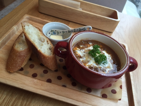 カフェ ランチ ビーフストロガノフ スープ 美味しい 飲食店 おしゃれ オシャレ 店内 ごはん 女子 フランスパン パン 熱い おいしい かわいい 赤 料理