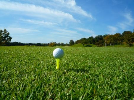 ゴルフ ティショット ゴルフボール ゴルフ場 芝生 コンペ ゴルフコンペ 横位置 秋のゴルフ場 快晴 天然芝