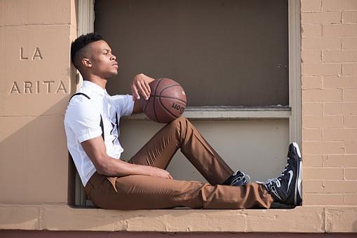屋外 壁 レンガ 煉瓦 人物 外国人 黒人 黒髪 男性 20代 30代 若者 スポーツ選手 アスリート モデル バスケット バスケットボール ボール スポーツ ワイシャツ サスペンダー イケメン ハンサム かっこいい スタイリッシュ クール ファッション 持つ 座る 全身 窓際 mdfm054