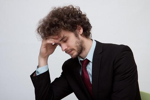 男性 Men 男 男子 外国人 外国人モデル 20代 30代 ビジネスマン サラリーマン スーツ ビジネススーツ 背広 ネクタイ シャツ  白背景 ジャケット 悩む 考える 辛い キツイ きつい しんどい 頭痛 頭が痛い 片頭痛 偏頭痛 眠い 睡眠 うたた寝 転寝 病気 症状 ハンサム mdfm045