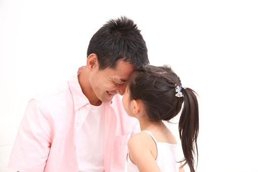 親子 父 お父さん 子供 こども 子ども 幼児 幼稚園児 娘 女 女の子 熱 風邪 かぜ カゼ 病気 人物 日本人 おでこ 額 ごっつんこ ふれあい スキンシップ 発熱 体温 計る 家庭 生活 暮らし ライフスタイル mdfk003 mdjm018