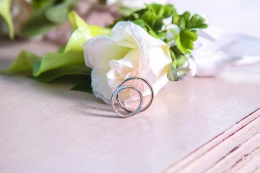 白 結婚式 花 ブーケ ブライダル 花嫁 結婚 花束 きれい 美しい 上品 かわいい 可憐 記念 記念日 緑 グリーン 葉 大切 光 プレゼント ギフト 思い出 バラ 薔薇 指輪 リング 結婚指輪 ペア
