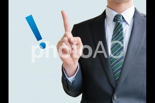 ビジネスのポイントを指し示す男性-青背景の写真