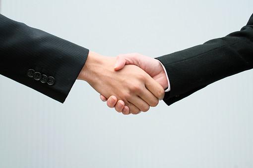 握手 成立 契約 商談 仕事 男 女 スーツ ビジネスイメージ 挨拶 ビジネス 手 指 手のポーズ 握る ブラックスーツ 白背景 白バック ホワイトバック ボタン 同意 約束 信頼 締結