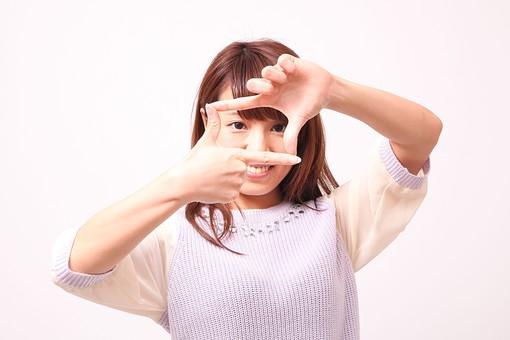 人 人間 人物 人物写真 ポートレート ポートレイト 女性 女 女の人 若い女性 女子 レディー 日本人 茶髪 ブラウンヘア セミロングヘア  白色 白背景 白バック ホワイトバック  手 指 ポーズ 形作る 四角 構図 カメラ 測る 笑顔 笑う 肘を上げる 肘を曲げる 手のポーズ フレーム mdfj012